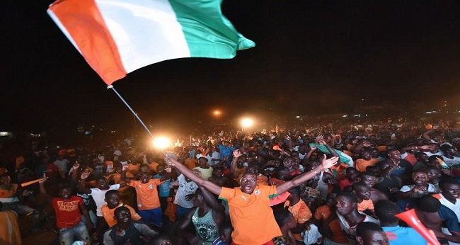 les ivoiriens rassemblés dans la rue