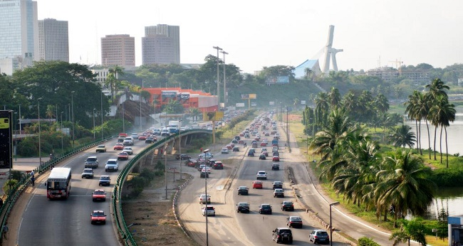 Abidjan, boulevard de gaulle occupé par des voitures