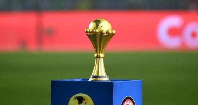 coupe africaine des nations posée sur un support