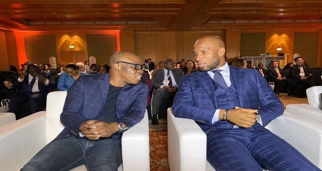 Drogba et Asalfo, tous assis dans un fauteuil blanc