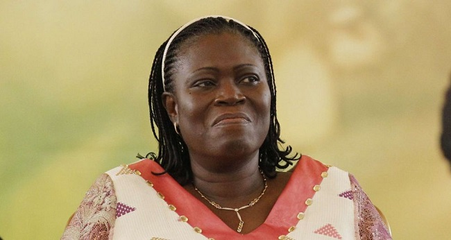 simone gbagbo, souriante regardant dans un sens